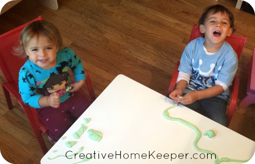 Easy and sticky DIY slime is a fun, hands on activity the kids will love! Only a few simple ingredients and easy steps, the slime will be ready to play with in no time! | CreativeHomeKeeper.com