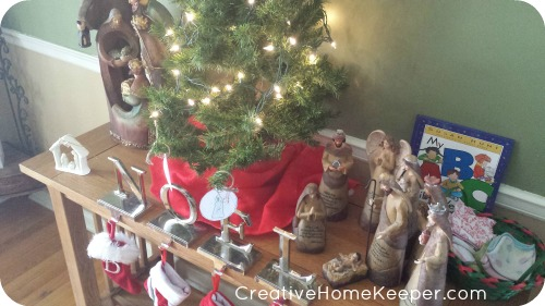 Make this Christmas season both intentional and meaningful with an Advent plan that focuses on the true meaning of Christmas through simple activities. | CreativeHomeKeeper.com