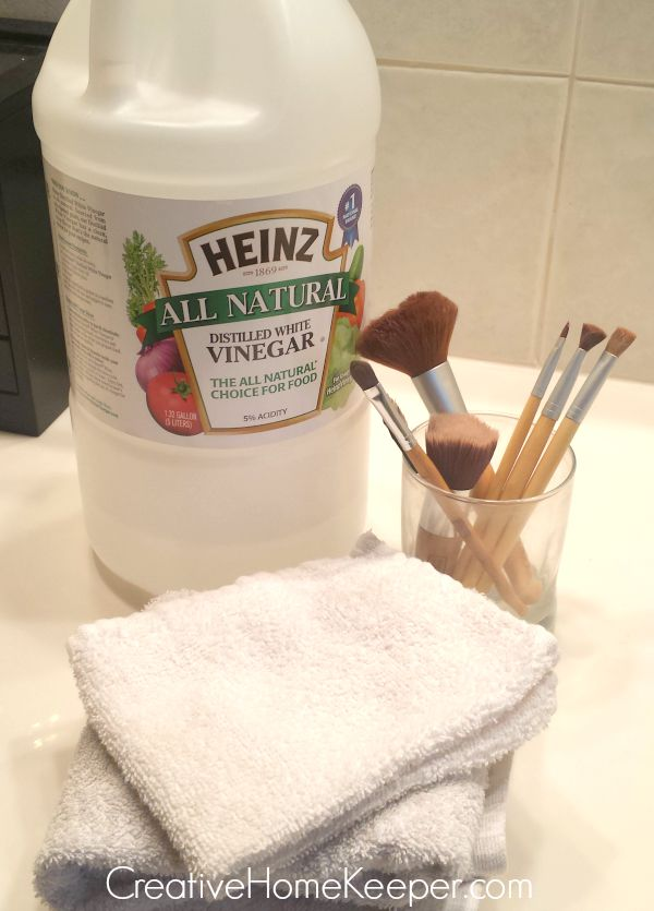 Have you cleaned your makeup brushes recently? This super simple makeup brush cleaner is easy, frugal and only uses two ingredients which you probably already have on hand. And it's fast! In only a few minutes, you will have clean makeup brushes again! | CreativeHomeKeeper.com