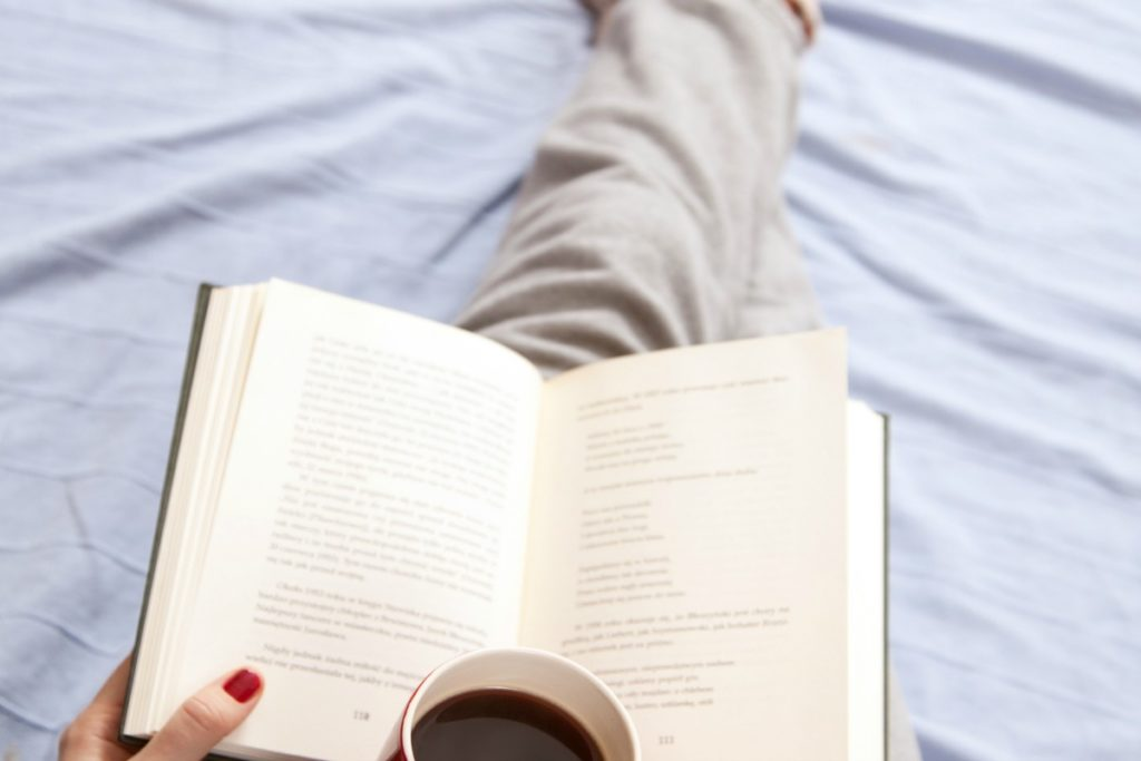 Want to read more but don't feel like you have the time? These easy tips will help you effortlessly fit in more reading time every single day allowing you to set reading goals and read more books this year than you have ever before!